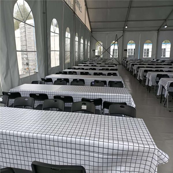 上海虹桥停车场 折叠桌椅摆放完成