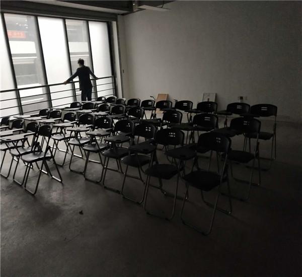 南京汉中门大街西城广场 写字板椅子摆放完毕